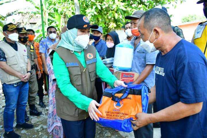 Bupati Tinjau Lokasi Banjir Batu Gane dan Salurkan Bantuan